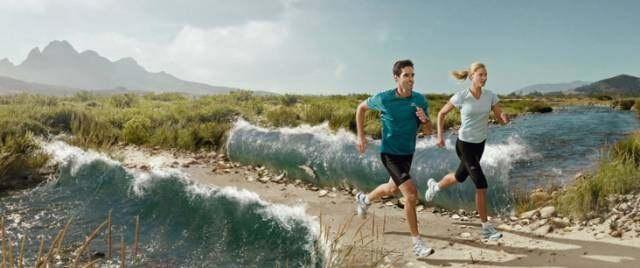 一对男女在慢跑