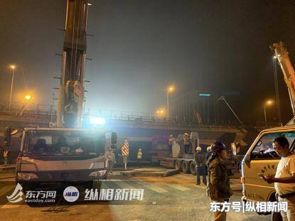 无锡高架桥坍塌现场惨烈,周边群众第一时间赶往救援