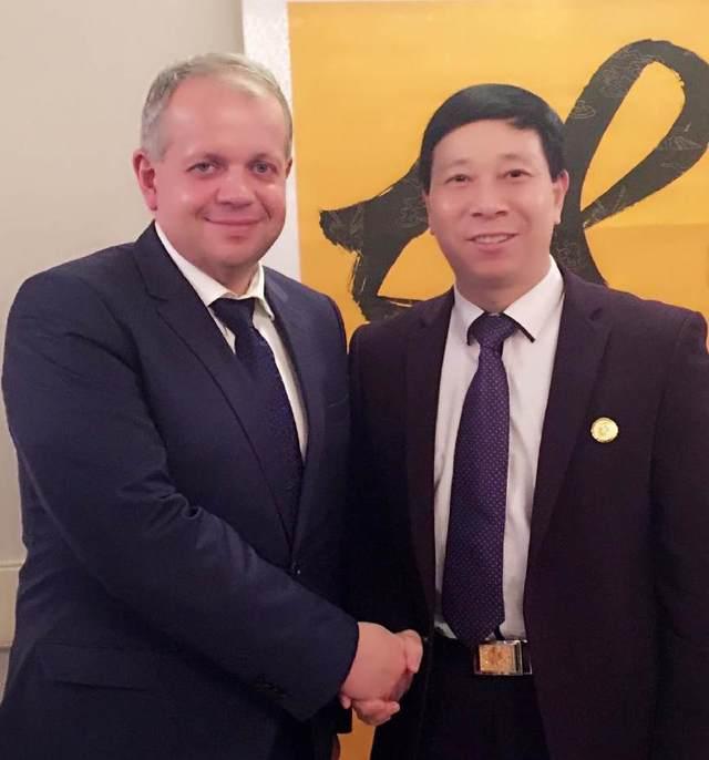 白俄罗斯国家文化部长向刘瀚锴颁发获奖证书