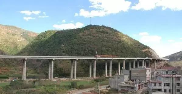 如果你有幸自驾在云南这八条醉美高速上,堵车的时候就看风景吧!