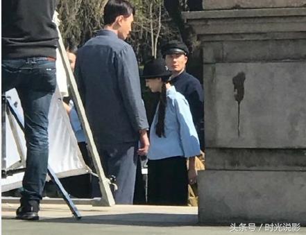 郑爽上海偶遇被身穿,拍戏民国女生校服,尽显清射女生的水杯图片