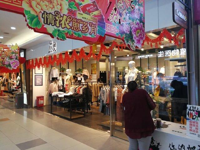 济南女大学生买衣服被拖至试衣间殴打,涉事店铺:她们弄坏了衣服