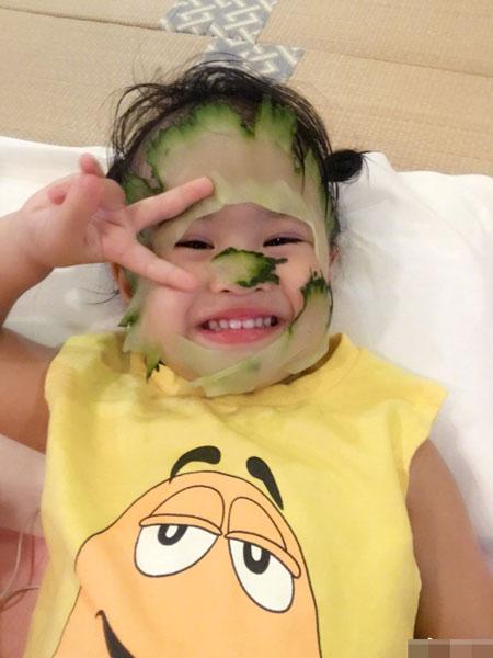 新面膜?包贝尔晒女儿敷表情黄瓜图片_hao1气的照片吐血搞笑图片