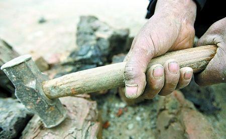 看着农村父母的双手,我们有什么理由不努力…