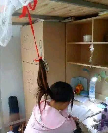 搞笑图片:现代版悬梁刺股,这个小学生前途无量papi使用量酱表情包图片
