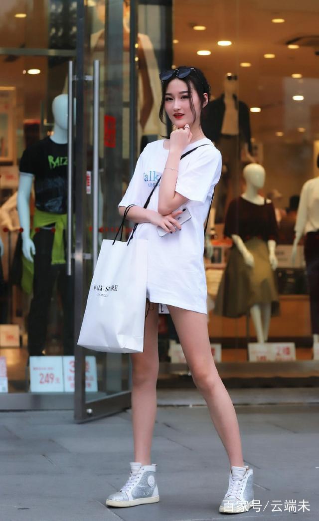 街拍:有人说18-25岁之间的女人是她们一生之中最美的阶段,对吗