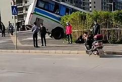 标题:揪心!广东惠州一大巴与水泥车相撞,车头面目全非,现场曝光