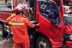 标题:事发常州!一辆大巴车与吊车相撞!