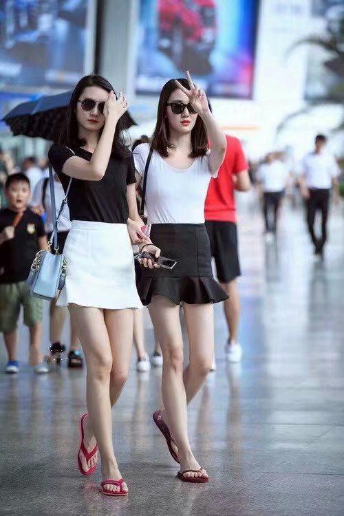 街拍:身材高挑,紧身牛仔裤,丰满的上身,美女是人中极品!