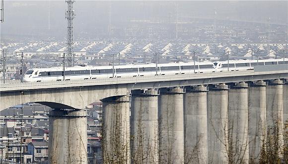 中国高铁短短十几年间从追赶到领跑 靠的是广大技术人员不懈钻研